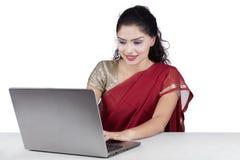 Indiańska kobieta używa laptop z tradycyjnym odziewa obraz royalty free