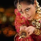 Indiańska kobieta wręcza mienia diwali światło zdjęcie stock