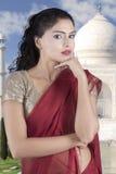 Indiańska kobieta z Taj Mahal tłem Obraz Stock