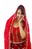 Indiańska młoda kobieta szepcze wiadomość odizolowywającą na białym tle Zdjęcia Royalty Free