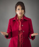 Indiańska młoda kobieta z szokującym wyrażeniem odizolowywającym na barwionym tle zdjęcia royalty free