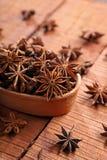 Indiańska pikantność, Zielarski Gwiazdowy anyż w Brown pucharze/ zdjęcie royalty free