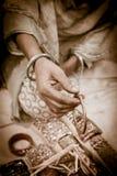 Indiańska rękodzieło kobieta pokazuje bransoletkę Fotografia Royalty Free