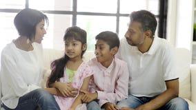 Indiańska rodzina w domu zdjęcie wideo