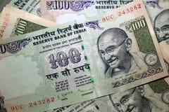 Indiańska rupia 100 Mahatma Gandhi Odizolowywał Obraz Stock
