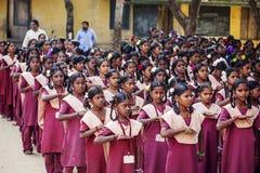 Indiańska szkoła państwowa, dzieci w mundurkach szkolnych wita nowego dzień fotografia royalty free