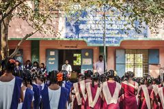 Indiańska szkoła państwowa, dzieci w mundurkach szkolnych wita nowego dzień zdjęcia royalty free