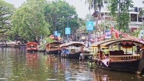 Indiańska Turystycznych łodzi rolka na Szerokiej rzece przeciw drzewom zbiory wideo