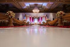 Indiański ślubny mandap z kwiatami i wystrojem zdjęcia royalty free