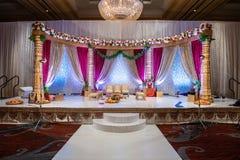 Indiański ślubny mandap z kwiatami i wystrojem obraz stock