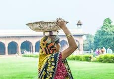 Indiański żeński pracownik niesie kamienie Obrazy Stock