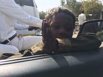 Indiański biedny dziecko ono modli się samochód wśrodku ludzi mówi zadawala daje ja pieniądze Obrazy Stock