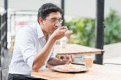 Indiański biznesowego mężczyzna łasowania jedzenie Obrazy Stock