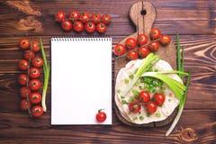 Indiański chapati, zielona cebula, czereśniowy pomidor Odgórny widok, flatlay zdjęcie royalty free