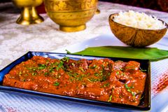 Indiański curry z mięsem na czarnym talerzu i ryż zdjęcie stock
