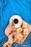 Indiański deserowy halava z migdałami słuzyć z kawą na indygowym Obrazy Royalty Free