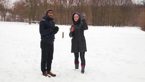 Indiański facet i Piękna Gorąca kawa w zima lesie kobieta napoju i rozmowy zbiory wideo