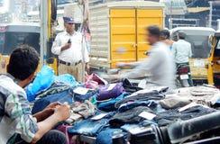 Indiański handlowy bubel odziewa na bruku na ruchliwie drodze obraz royalty free
