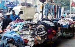 Indiański handlowy bubel odziewa na bruku na ruchliwie drodze zdjęcia stock