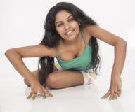 Indiański kobieta modela obława w pracownianym białym tle Fotografia Stock