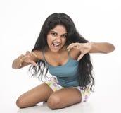 Indiański kobieta modela obława w pracownianym białym tle Obrazy Royalty Free