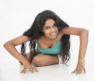 Indiański kobieta modela obława w pracownianym białym tle Zdjęcia Stock