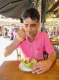 Indiański mężczyzna łasowania pudding w Istanbuł Zdjęcie Stock