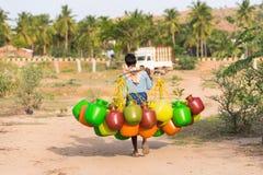 Indiański mężczyzna iść dla wody, Puttaparthi, Andhra Pradesh, India Odbitkowa przestrzeń dla teksta Obrazy Stock
