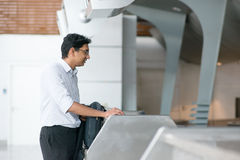 Indiański mężczyzna przy lotniskowym sprawdza wewnątrz kontuar Fotografia Stock