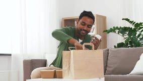 Indiański mężczyzna sprawdza takeaway jedzenia rozkaz w domu zbiory