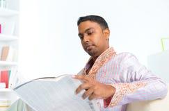Indiański męski czytelniczy wiadomość papier Fotografia Royalty Free