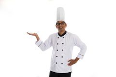 Indiański męski szef kuchni przedstawia coś Zdjęcia Royalty Free
