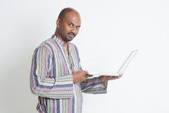 Indiański męski używa komputer Obrazy Royalty Free