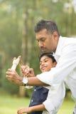 Indiański ojca i syna bawić się Obrazy Royalty Free