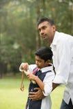 Indiański ojca i syna bawić się Zdjęcia Stock
