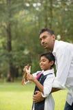 Indiański ojca i syna bawić się Fotografia Royalty Free