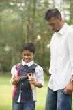 Indiański ojca i syna bawić się Zdjęcie Stock