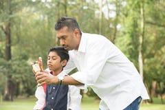 Indiański ojca i syna bawić się Obraz Royalty Free