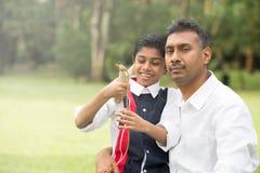 Indiański ojca i syna bawić się ` Zdjęcie Royalty Free