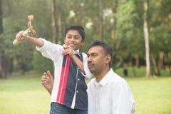 Indiański ojca i syna bawić się Zdjęcie Royalty Free