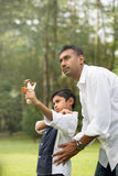Indiański ojca i syna bawić się Obrazy Stock