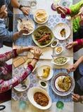 Indiański pochodzenie etniczne ma posiłek wpólnie Obrazy Royalty Free