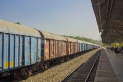 Indiański pociąg towarowy przy dworcem blisko platformy pod baldachimem z ludźmi obraz stock