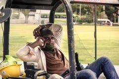 Indiański pracownik budowlany w rozmowie telefonicza obrazy stock