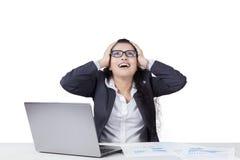 Indiański pracownik patrzeje sfrustowanym i krzyczącym Fotografia Stock
