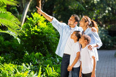 Indiański rodzinny patrzeć obraz stock