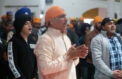 Indiański sikhijczyk ono modli się wśrodku ich świątyni podczas Baisakhi świętowania w Mallorca obrazy stock