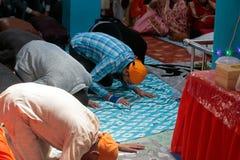 Indiański sikhijczyk ono modli się wśrodku ich świątyni podczas Baisakhi świętowania w Mallorca obraz stock