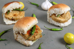 Indiański specjalny tradycyjny smażący karmowy vada pav Fotografia Stock