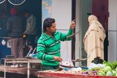 Indiański sprzedawca z ciężarami na ulicie w Varanasi Obraz Stock